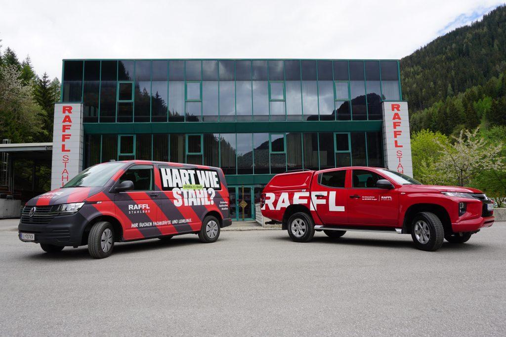 Bild von Raffl Stahlbau zeigt Firmengebäude und neue Firmenfahrzeuge