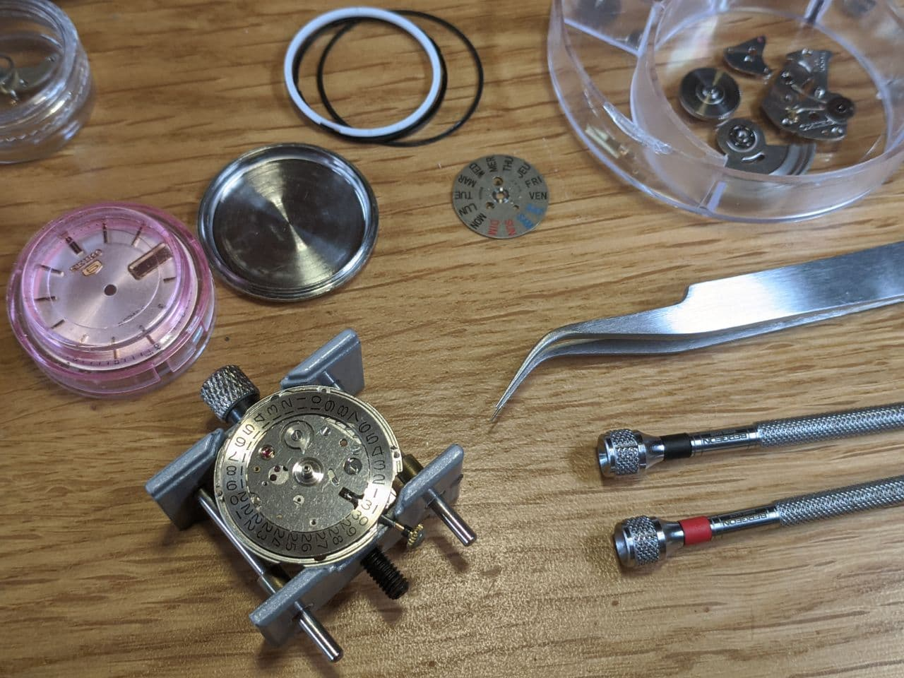 Watch Repair UK watchmaker - Assembly of date mechanism Seiko