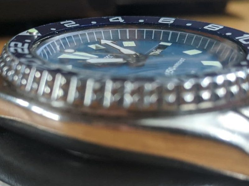 Seiko 6309 Mod - Close up - bezel insert is bent down on the inner edge The watch is missing a part causing a wobbly bezel among other problems. Blue Vintage seiko 6309
