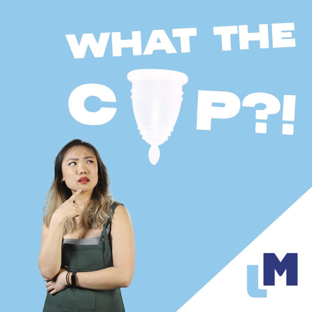Vrouw bekijkt de menstruatiecup