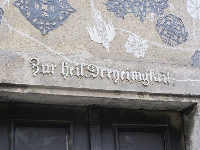 """Biedermeierhaus Breite Gasse 15 in Wien Neubau, Inschrift """"Zur heil. Dreyeinigkeit"""""""