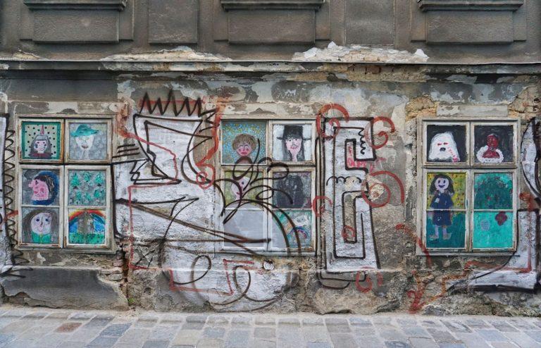 Fenster mit Graffiti, Freundgasse 9, Wien-Wieden, 2018