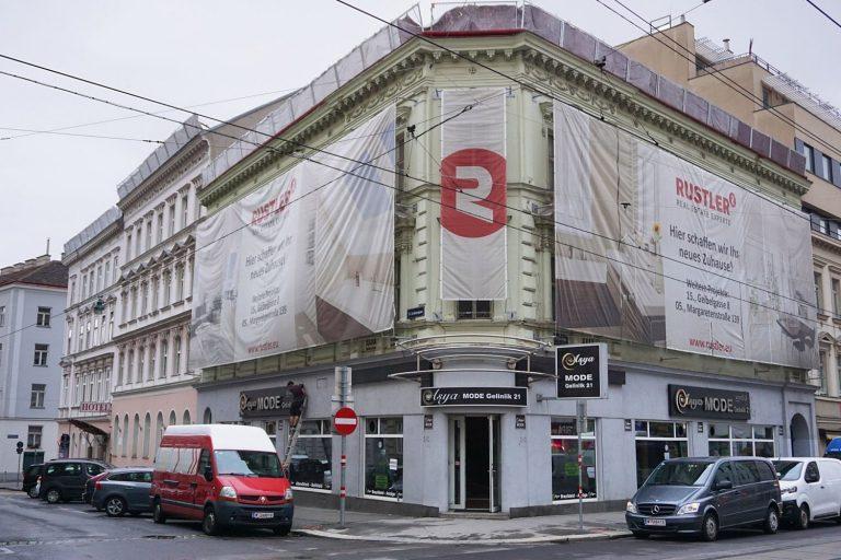 Gründerzeithaus Thaliastraße 56 vor dem Abriss, Plakate der Firma Rustler, Juni 2018