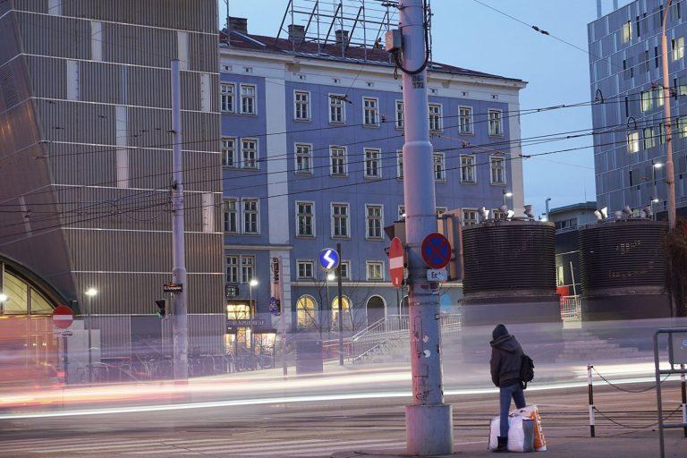 Abendaufnahme, Straße, Verkehr, blaues Haus, Person