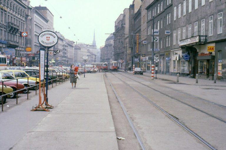 Schienen, Straßenbahnen und Autos in der Praterstraße im Jahr 1981, Wien-Leopoldstadt