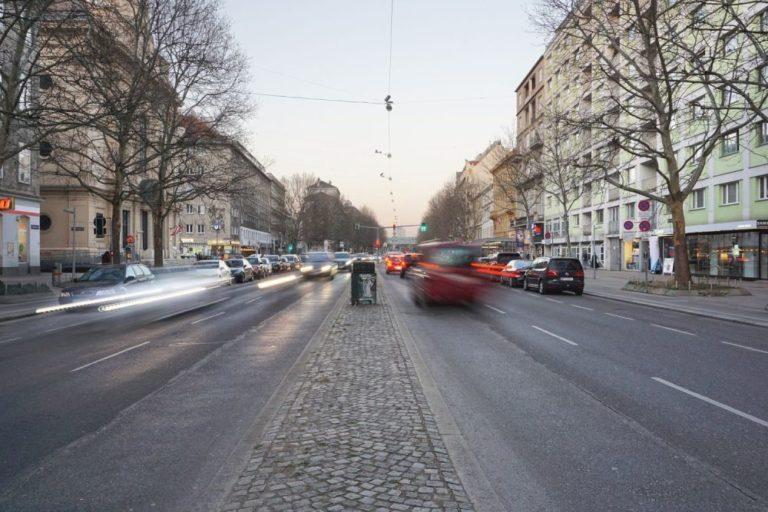 Praterstraße mit viel Verkehr, Wien-Leopoldstadt (2. Bezirk)