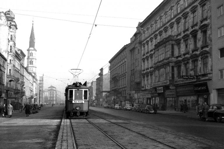 Straßenbahn fährt durch die Praterstraße, 1954