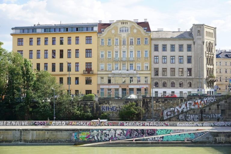 Gründerzeithäuser am Donaukanal in Wien-Landstraße, bei der Franzensbrücke