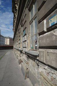 Erdgeschoß eines renovierungsbedürftigen Gründerzeithauses in Wien