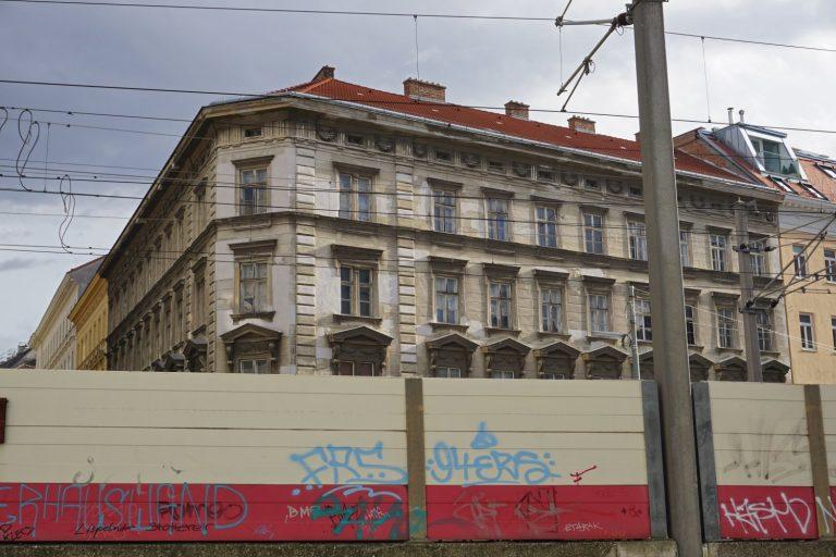 Gründerzeithaus Hetzgasse 8 vor Bahntrasse bei Wien Mitte, Landstraße (3. Bezirk)