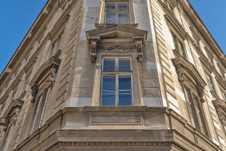 Fenster eines Gründerzeithauses in Wien, Hetzgasse 8, Stuck