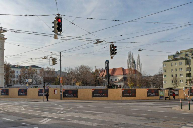 abgerissene historische Mauer in Wien vor einer Kreuzung