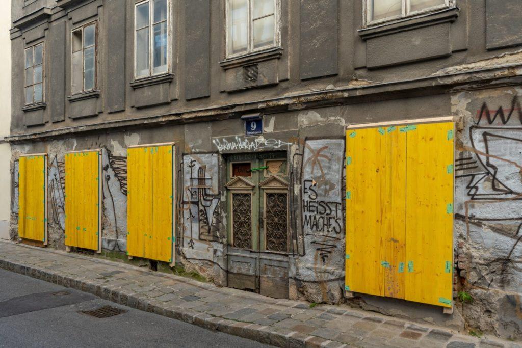 Beschädigte Fassade im Erdgeschoß, Freundgasse 9, Wien-Wieden (4. Bezirk)