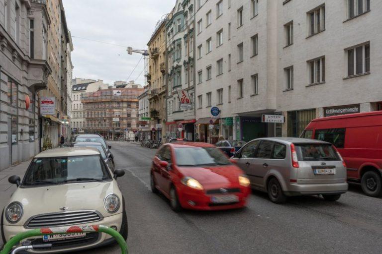 Verkehr auf der Gumpendorfer Straße, 6. Bezirk, Wien