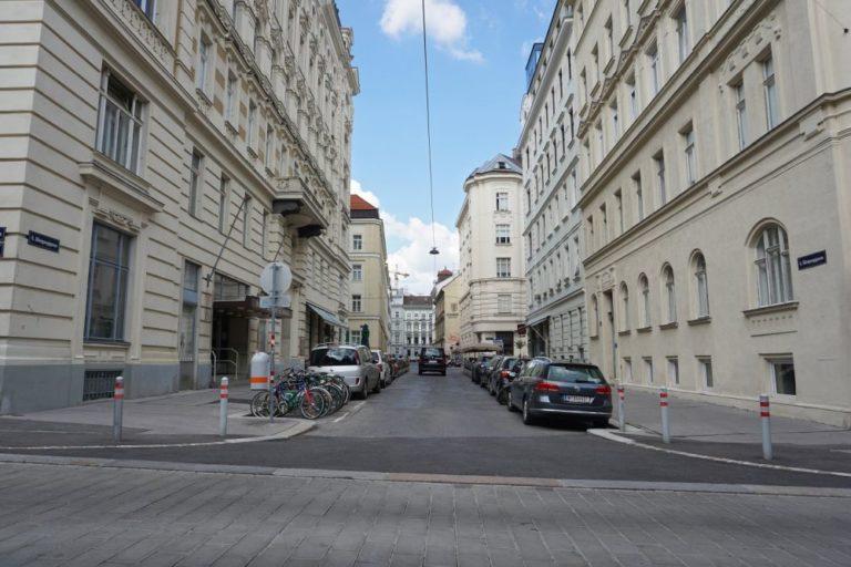 Königsegggasse vom Loquaiplatz aus, vor der Umbau zur Fußgängerzone, Wien-Mariahilf