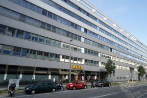 langes graues Bürogebäude in der Walcherstraße 11-11A, 2. Bezirk, Wien
