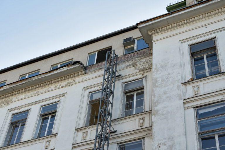 teilweise abgerissenes Gesimse der I. Medizinischen Klinik, April 2020, Architekt: Emil von Förster, erbaut 1909-1911, Wien, Lazarettgassenweg