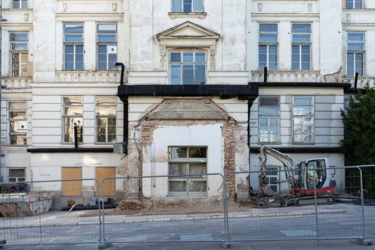zerstörter Eingangsbereich der I. Medizinischen Klinik (Architekt: Emil von Förster), AKH, 1090 Wien