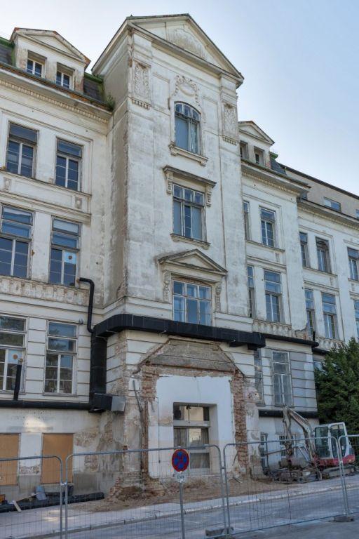 I. Medizinische Klinik des AKH Wien mit zerstörtem Eingangsbereich, Abriss April 2020