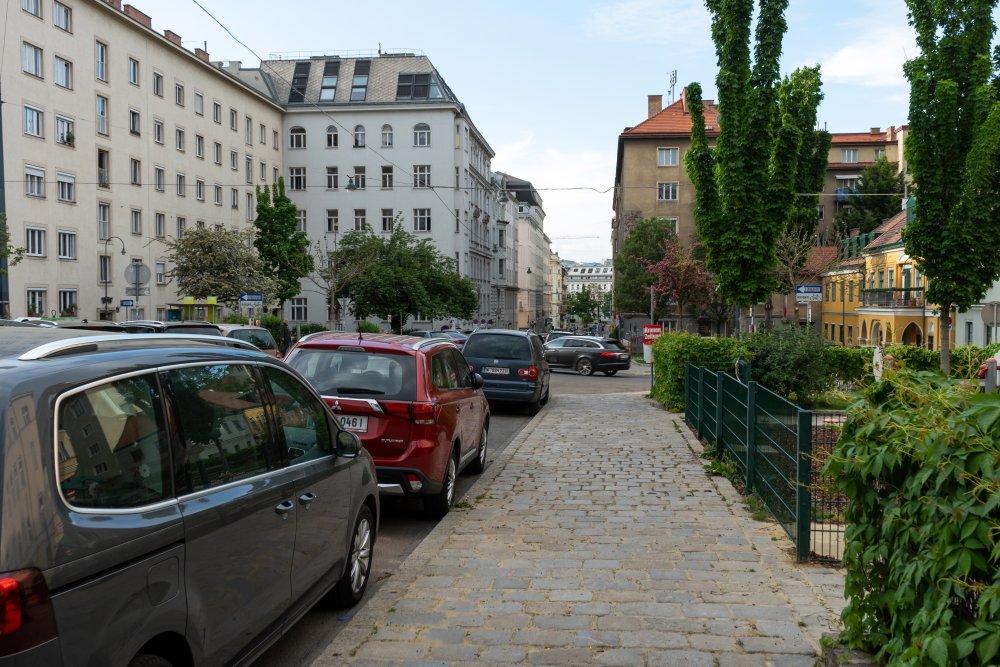 gepflasterter Gehsteig am Albertplatz, Wien-Josefstadt