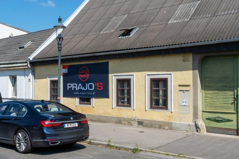 """Leopoldauer Platz 9 mit Plakat der Abbruchfirma """"Prajo"""", 1210 WIen"""