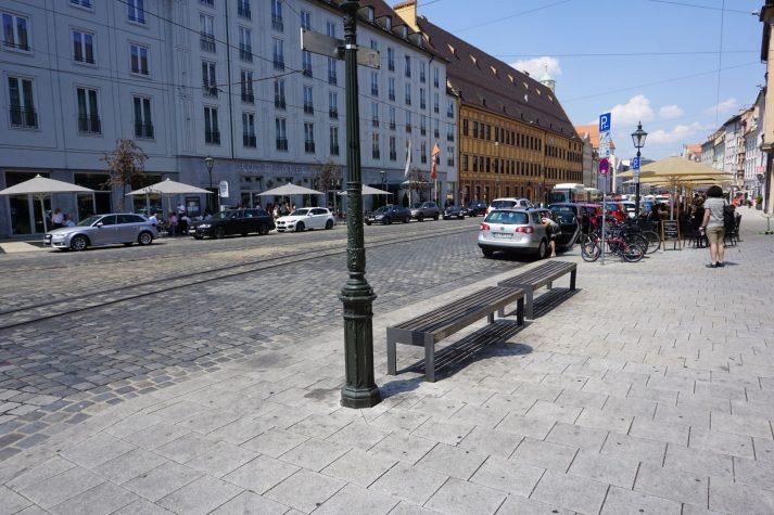 Straße mit historischen Gebäuden und Pflastersteinen in Augsburg
