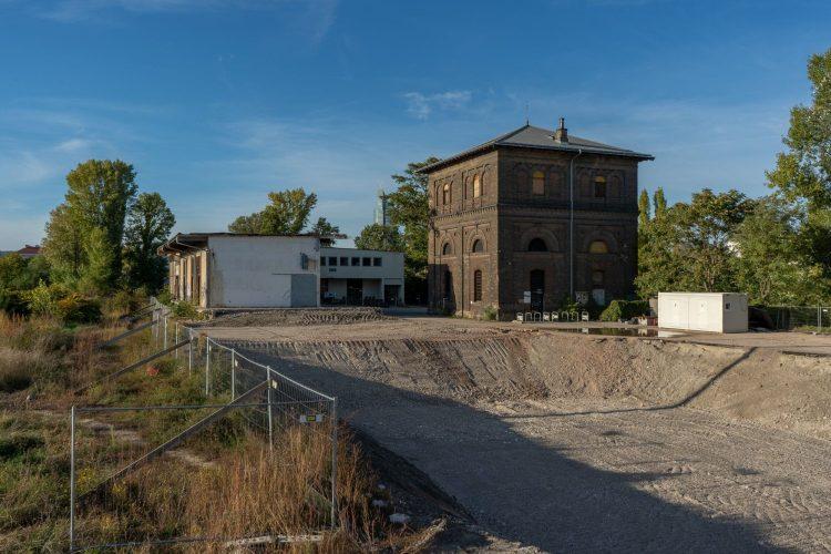 Nordbahnhalle nach dem Teilabriss 2019, denkmalgeschützter Wasserturm