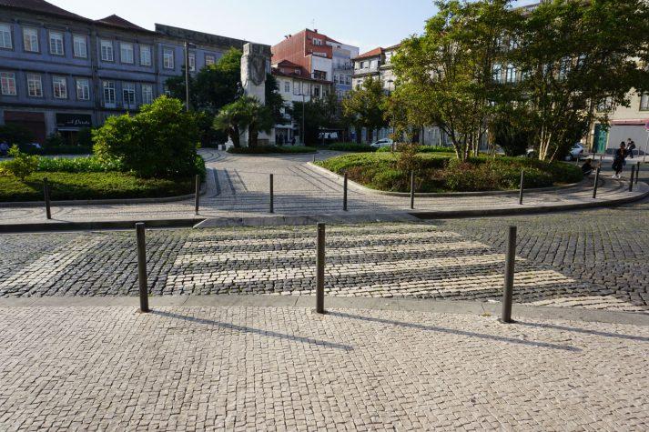Park und gepflasterte Straße in Porto, Portugal