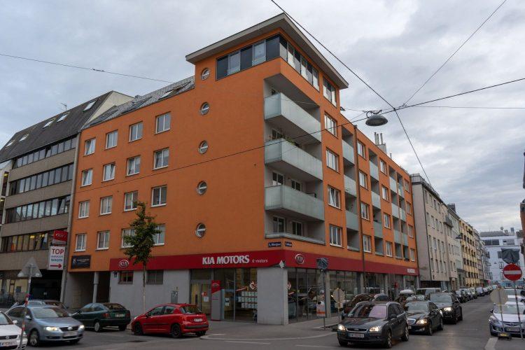 Neubau mit orangener Fassade in Wien