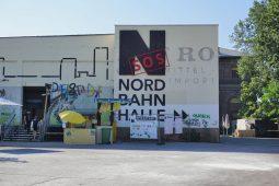 """Nordbahnhalle vor dem Abriss, Schriftzug """"SOS Nordbahnhalle"""""""
