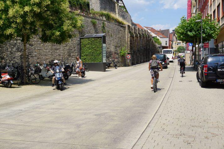 Tübingen: Gepflasterte Fußwege, viel Platz für Fußgänger und Radfahrer