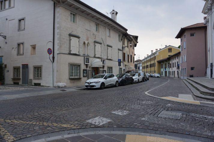 öffentlicher Raum mit Pflasterung im Zentrum von Udine, Italien