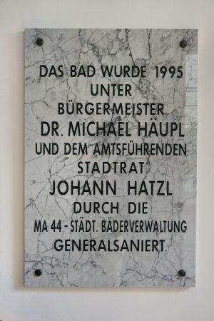 """""""Das Bad wurde 1995 unter Bürgermeister Dr. Michael Häupl und dem amtsführenden Stadtrat Johann Hatzl durch die MA 44 - städt. Bäderverwaltung generalsaniert."""" (PLakette)"""