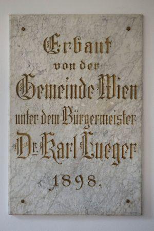 """""""Erbaut von der Gemeinde Wien unter dem Bürgermeister Dr. Karl Lueger 1898"""" (Plakette)"""