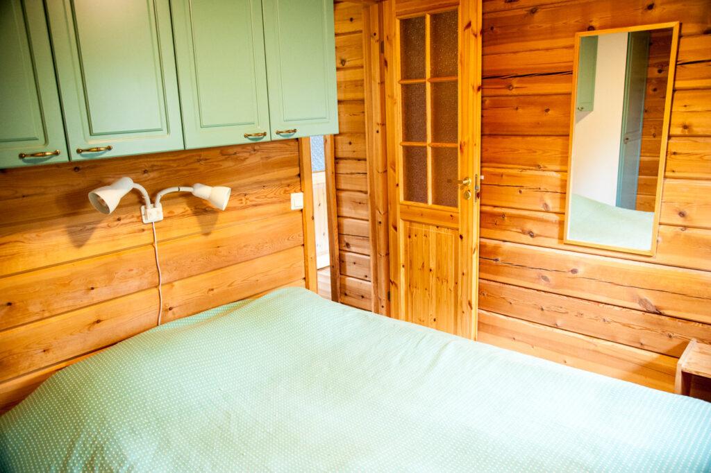 Aihkimökin makuuhuone, jossa on yksi parisänky