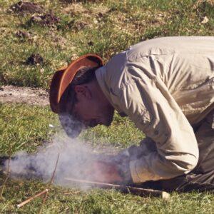 Zurück zu den Wurzeln. Sie wollten schon immer mal eine Zeitreise machen und erforschen, wie man früher Feuer gemacht hat. Holz, ein Messer und eine Schnur reichen vollkommen aus.