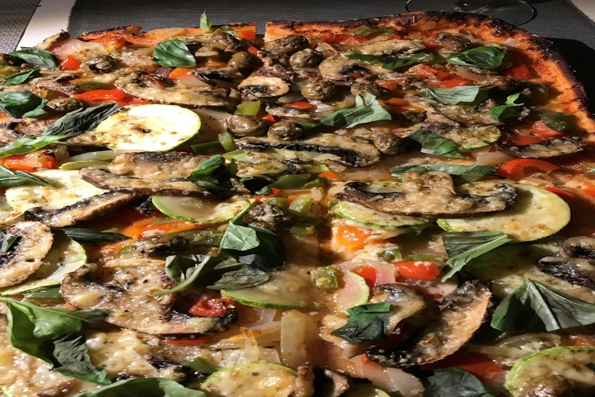 thin crusted pizza ©️Nel Brouwer-van den Bergh