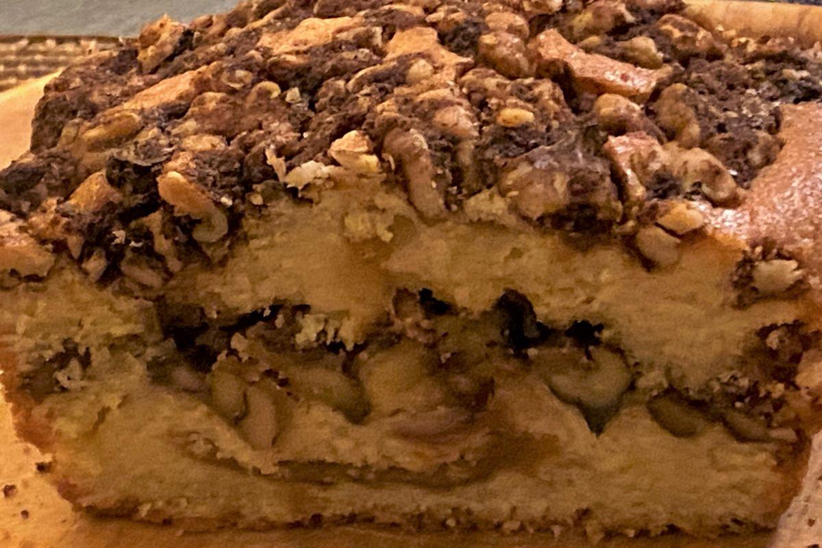 walnoten cake met halva en amandelen ©️ Nel Brouwer-van den Bergh