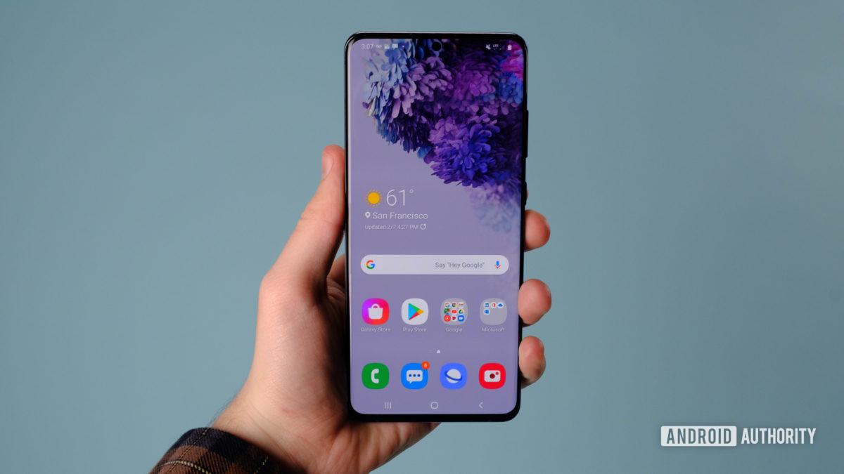Samsung Galaxy S20 Ultra screen in hand