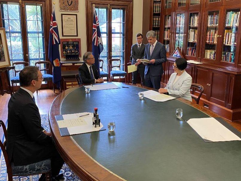 Premier Steven Marshall, Deputy Premier Vickie Chapman and Treasurer Rob Lucas around a table.