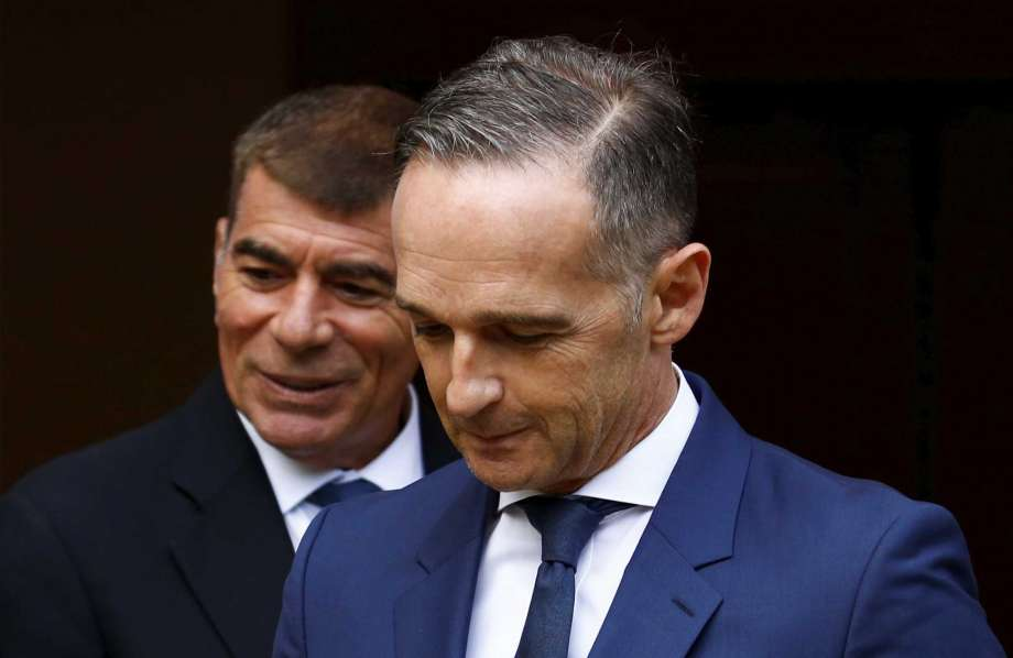 German Foreign Minister Heiko Maas, right, and Israeli Foreign Minister Gabi Ashkenazi arrive to a news conference in front of the Liebermann Villa at the Wannsee lake in Berlin, Germany, August 27, 2020. (Michele Tantussi/Pool Photo via AP) Photo: Michele Tantussi, AP / (c) Reuters/Pool