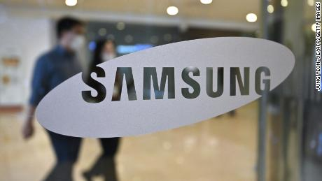 Samsung reports bumper profits but warns of slump ahead
