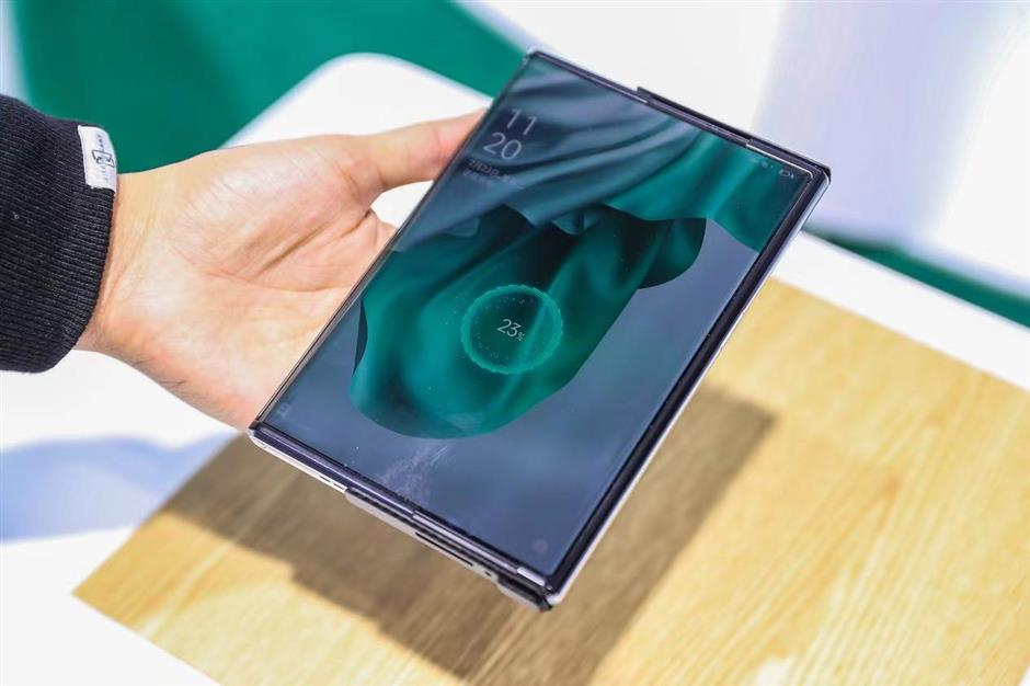 Smartphone firms flex their muscles at MWC