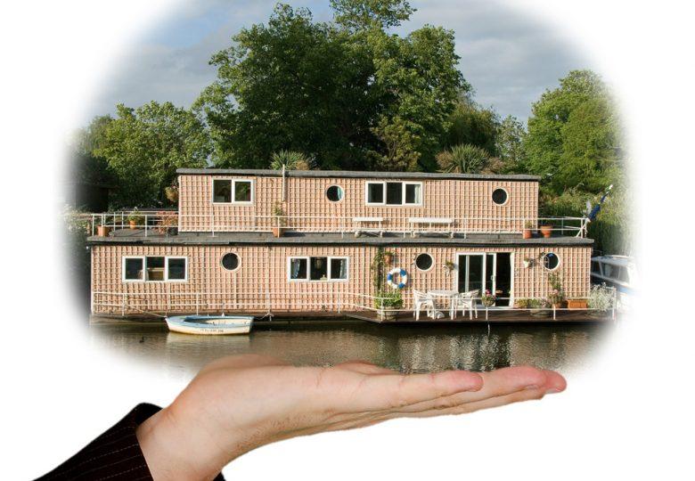 Woonboten zijn een bouwwerk, voor het bouwen van een bouwwerk is (meestal) een omgevingsvergunning nodig en een bouwwerk moet voldoen aan het Bouwbesluit 2012.