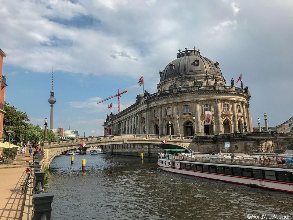 Berlin 149_Bode-Museum und der Fernsehturm