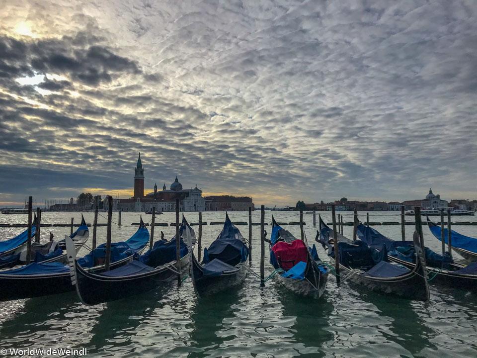 Venedig_Venezia-35b_Gondeln mit Blick auf Nachbarinsel