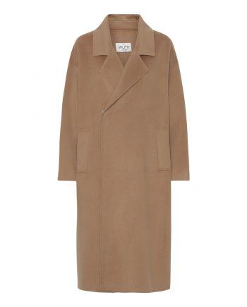 Oversize jakke fra danske brand Wuth Copenhagen. 15% cashmere og 85% uld i den blødeste jakke. Fåes i camel og sort.