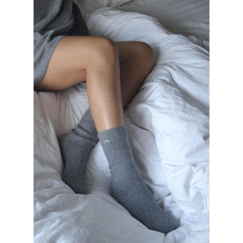 Sokker i det blødeste cashmere. 100% premium cashmere sokker fra Wuth Copenhagen. Klassisk grå sokker.