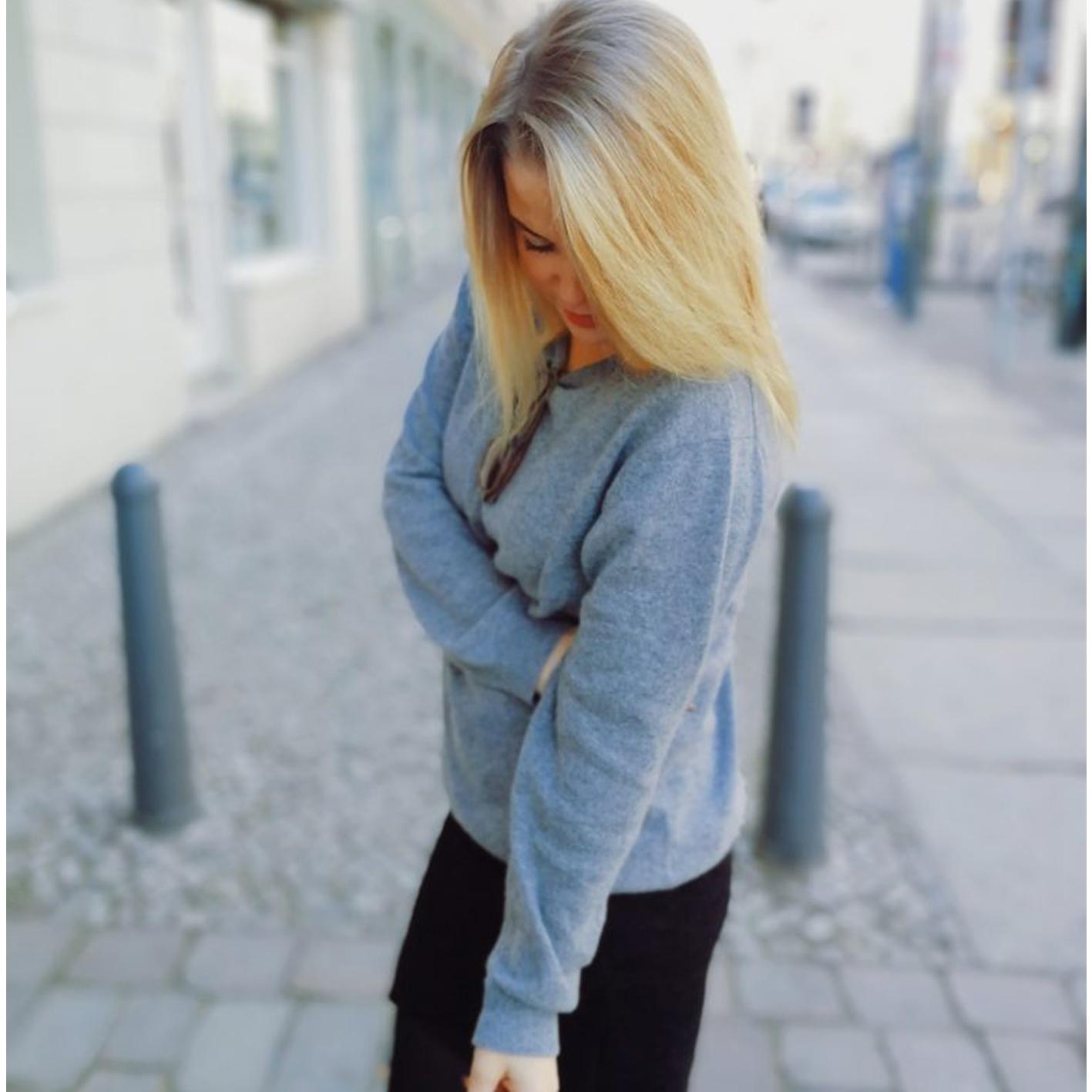 Regitse Rosenvinge i vores bløde cashmere bluse fra hendes blog The Copenhagen Traveler
