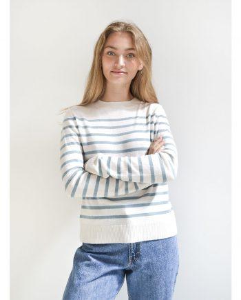 Vores fine Annika pullover på model. En klassisk cashmere sweater med striber.